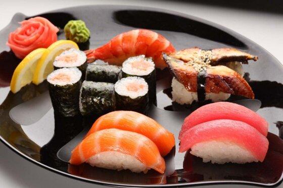Làm sushi tại nhà đơn giản với bộ dụng cụ làm sushi