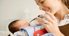 Lưu ý mẹ 4 thao tác khi cho bé bú bình đúng cách