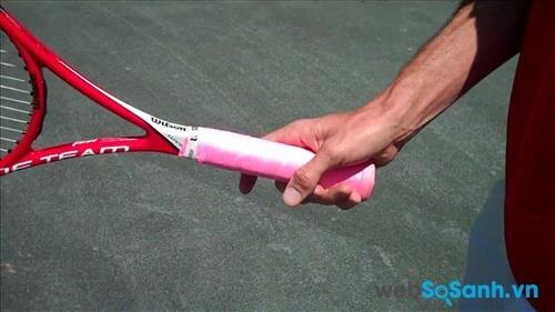 Tay cầm cần tạo ma sát tốt giúp người chơi cầm vợt chắc chắn hơn