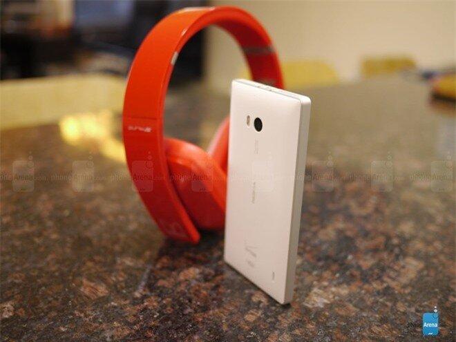 Lumia Icon mang kiểu dáng khá giống Lumia 929 nhưng vuông thành sắc cạnh hơn.