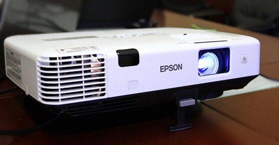 Máy chiếu Epson EB-X05 dùng có tốt không? Giá bao nhiêu?