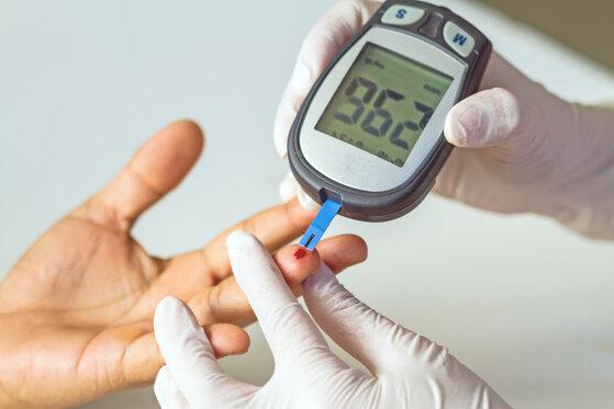 Máy đo đường huyết loại nào tốt Omron, Accu Chek, One Touch, Ebcare