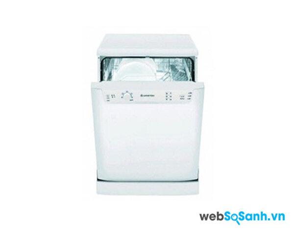 Máy rửa bát Ariston LSF712AG – Giá cao và tốn nước