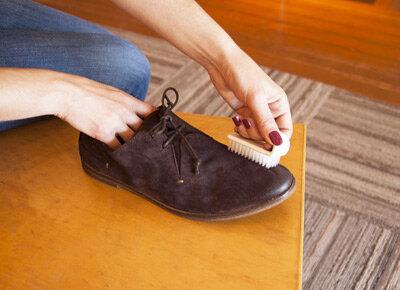 Mẹo làm sạch giày da