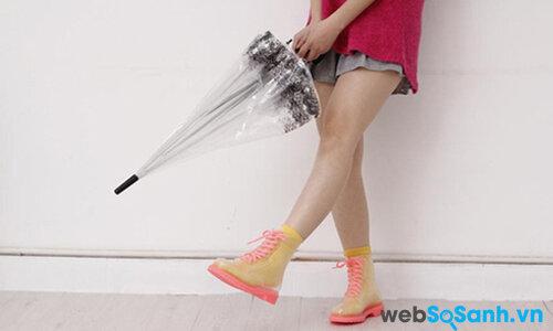 """Mẹo nhỏ giúp đôi giày của bạn không bị """"bốc mùi"""" khi gặp mưa"""