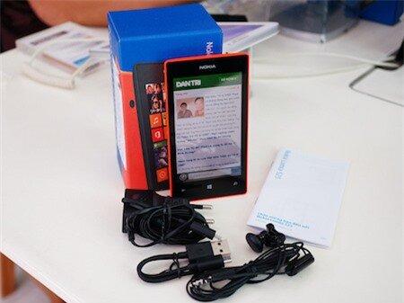 Mở hộp Nokia 525 vừa bán ra tại Việt Nam