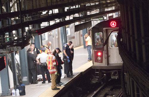 Một phụ nữ chết thảm ở ga tàu điện vì nhặt iPad
