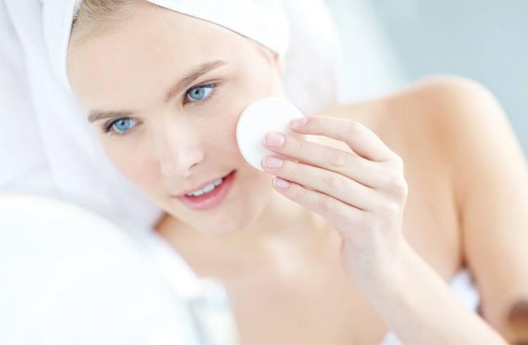 Nếu bạn có làn da nhạy cảm, dễ kích ứng và ít có thời gian chăm sóc da thì dùng nước tẩy trang sẽ phù hợp hơn so với dùng dầu tẩy trang