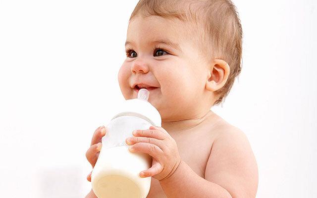 Nên dùng sữa công thức dạng nước hay dạng bột cho bé?
