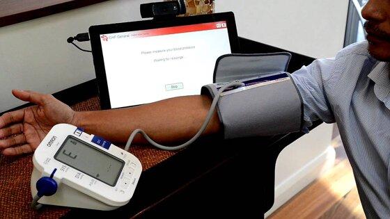 Nên mua máy đo huyết áp Omron hay Microlife?