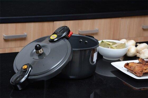 Nên mua nồi áp suất cơ hay điện tử để nấu món hầm ngon