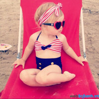 Ngắm hình ảnh các bé gái đáng yêu trong bộ đồ bơi mùa đi biển
