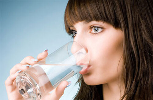 Những cách uống nước sai lầm gây hại cho sức khỏe của bạn
