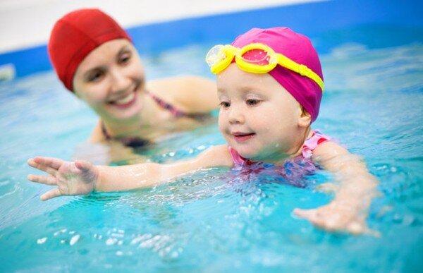 Những điều mẹ cần lưu ý đặc biệt khi cho con đi bơi vào mùa hè