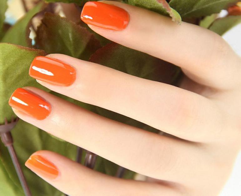 Sơn móng tay màu cam sáng