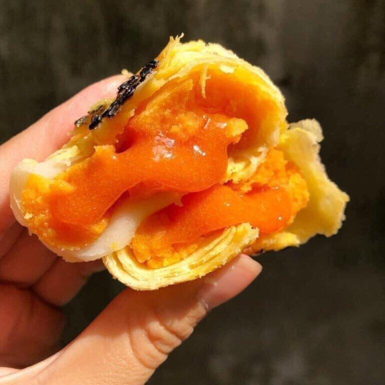 Bánh trung thu ngàn lớp trứng chảy