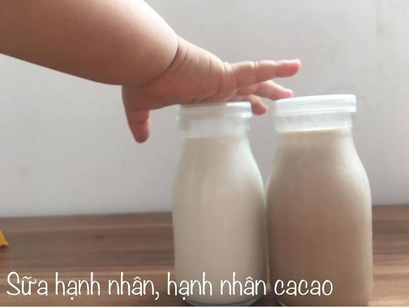 Hạnh nhân ngâm 12-24h (rửa thay nước vài lần), bóc vỏ -> xay -> lọc -> thêm bột cacao nguyên chất lắc đều để tạo thêm vị
