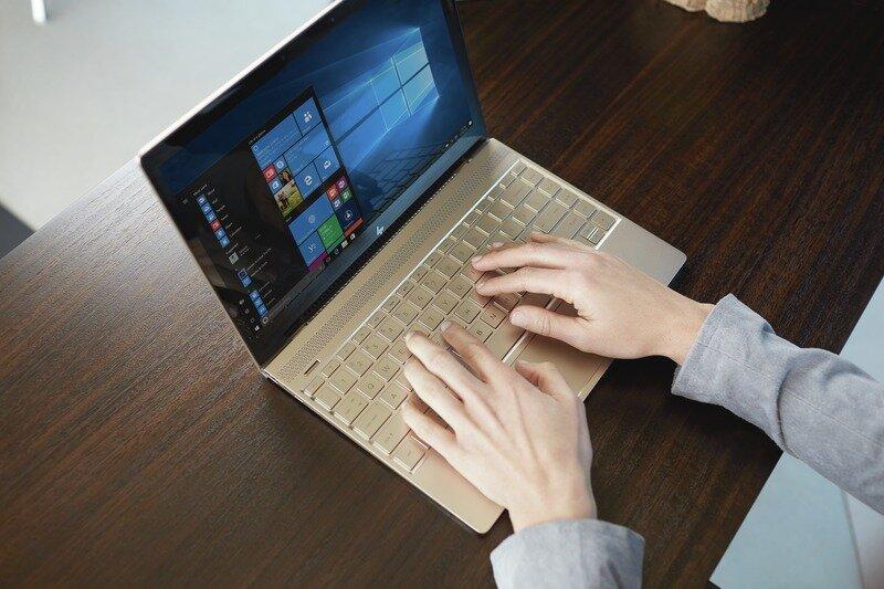 Màn hình máy HP Envy 13-AH1011TU 5HZ28PA hiển thị màu sắc sống động và ấn tượng