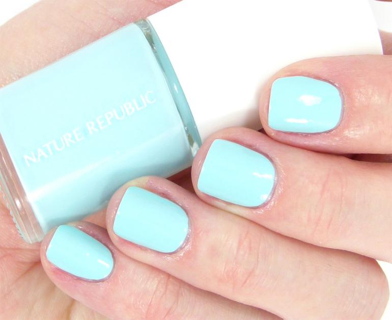 Sơn móng tay màu xanh dương