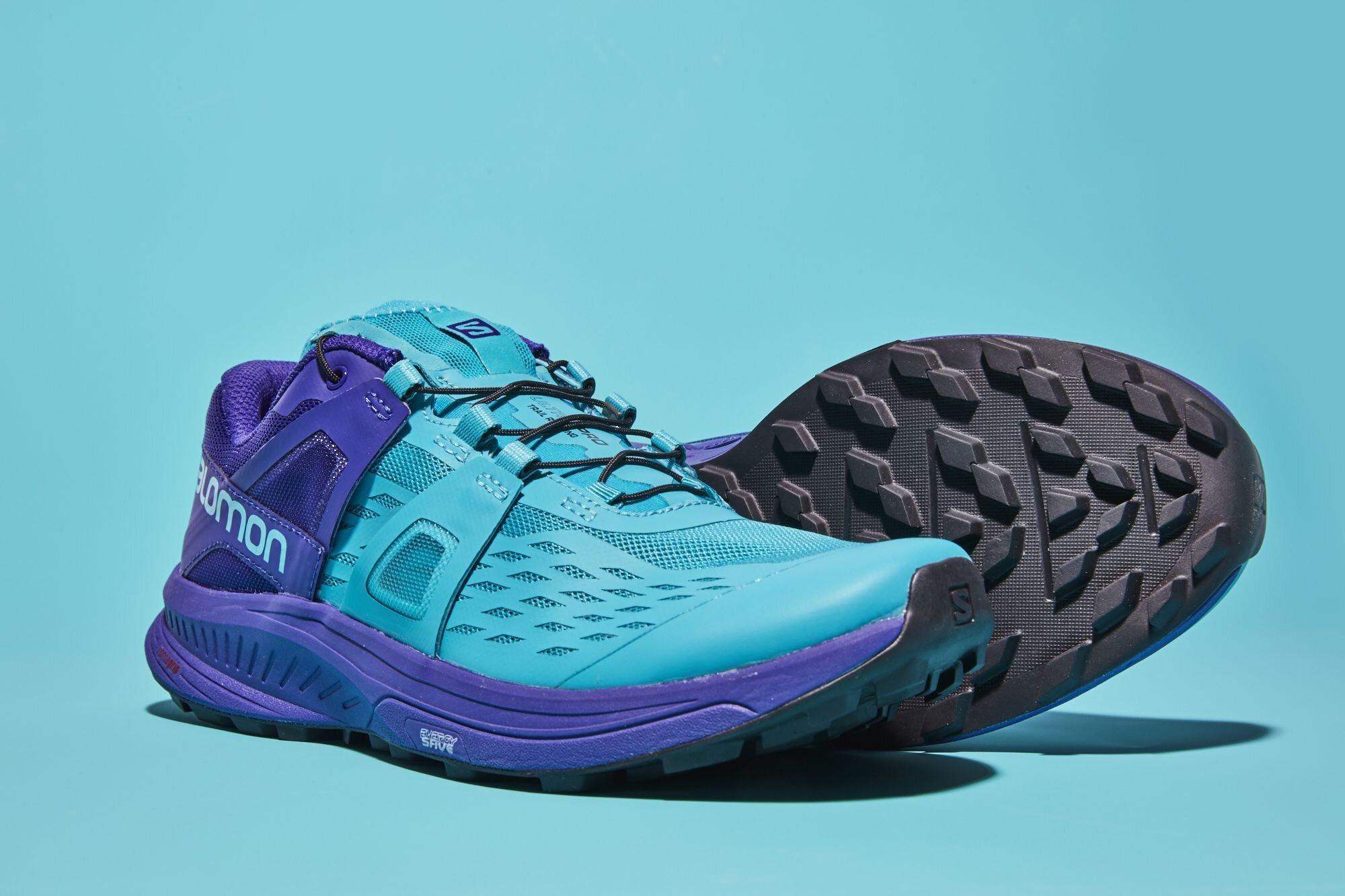 Đế giày thiết kế đặc biệt giúp tăng cường độ bám, chống trơn trượt trong những chuyến leo núi, chinh phục địa hình.