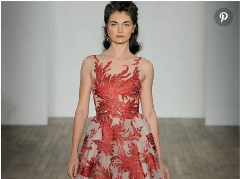 Váy cưới hiện đại không chỉ có màu trắng tinh khôi mà còn được làm từ rất nhiều màu sắc, nhiều chất liệu khác nhau. Bạn sẽ thực sự nổi bật nếu diện một chiếc váy cưới màu đỏ như thế này đấy