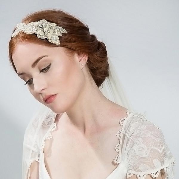 Phụ kiện tóc cưới nên được chọn sau khi bạn đã quyết định trang phục, kiểu tóc
