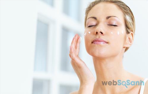 Ngoài dùng kem dưỡng ẩm bạn cũng nên tăng cường chăm sóc da bằng các loại serum