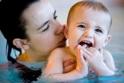 Cha mẹ cần làm gì với lần đầu dẫn con đi bơi?