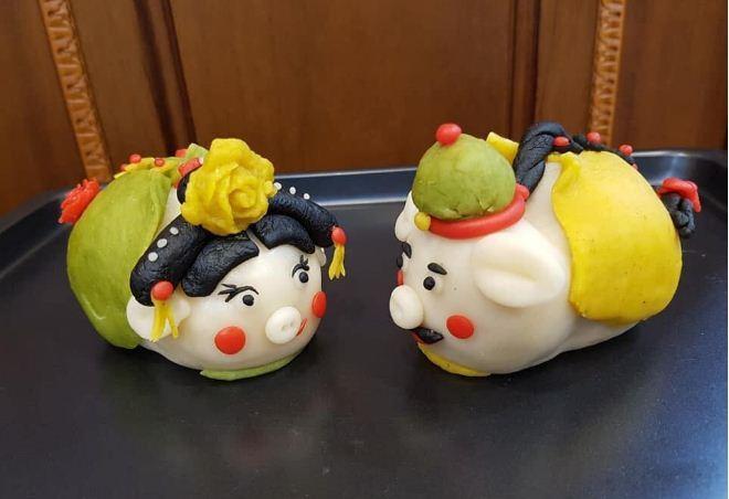Những chiếc bánh trung thu con heo handmade cũng được các fan Diên hi phù phép thành mặt của Hoàng Thượng và Ngụy Anh Lạc sau đó là nhiều nhân vật phi tần khác.