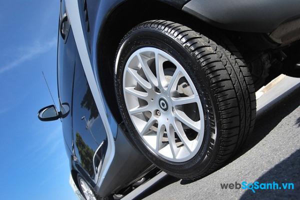 Nếu bạn thường xuyên di chuyển trên đường nhựa thì các lốp cao su mềm sẽ vận hành êm ái hơn