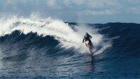 Robbie Madison dễ dàng lướt trên sóng biển với chiếc motor tự chế