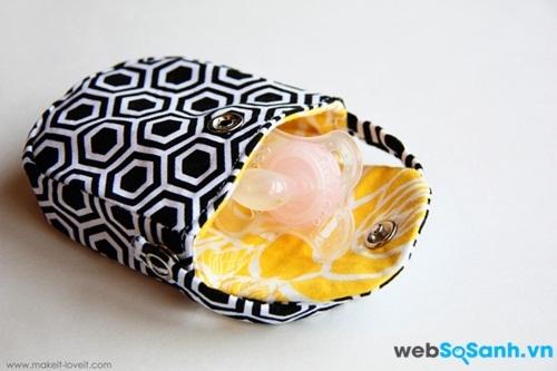 Một chiếc túi nhỏ đựng núm ti cho bé