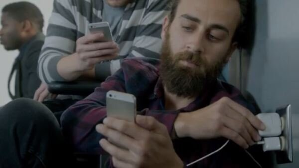 """Samsung chê  bai pin của iPhone """"thật đáng xấu hổ"""""""