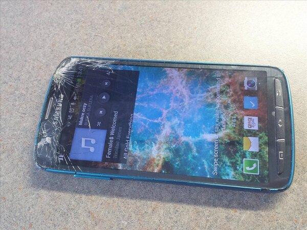 Samsung Galaxy S4 Active vẫn sống sau khi đụng độ máy cắt cỏ