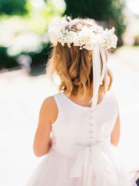 Những sóng tóc tự nhiên của bé kết hợp với chiếc vòng hoa ngọt ngào và bộ váy công chúa xinh xinh! Bạn sẽ rất hài lòng khi nhìn thấy hình ảnh này đấy!