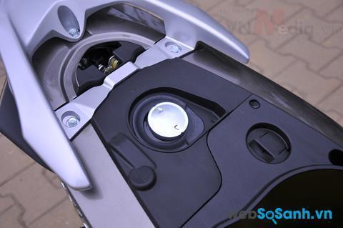 Bình xăng của Honda Vision vẫn được đặt dưới cốp xe
