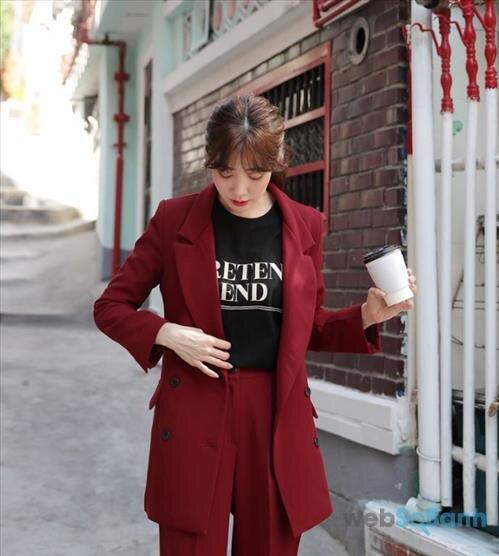 Nếu bạn theo phong cách menswear thì có lẽ mặc một bộ suit với áo và quần như thế này sẽ vô cùng thích hợp. Màu đỏ đô rất hợp với thời tiết lành lạnh của mùa thu đông nữa, vừa rực rỡ, nổi bật lại vừa đằm thắm, cao sang!