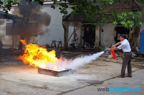 So sánh bình chữa cháy CO2 và bình chữa cháy dạng bột