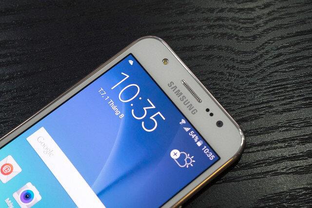 So sánh giá điện thoại di động Sony Xperia U và Samsung Galaxy J5