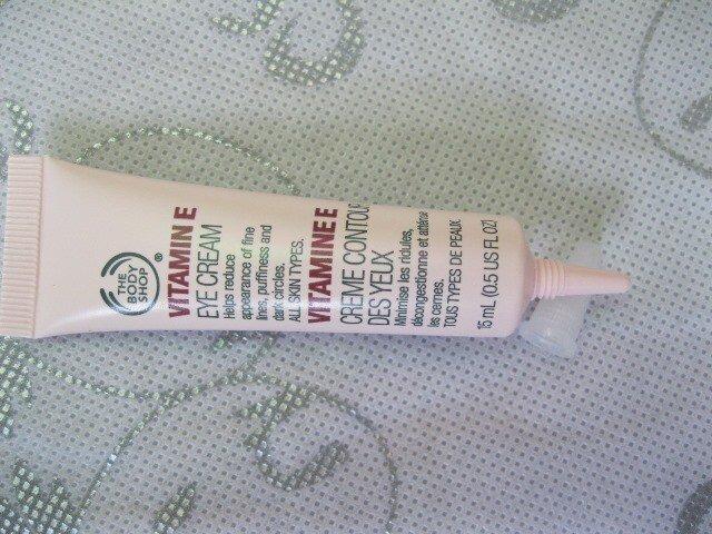 So sánh kem mắt The Body Shop Vitamin E Eye Cream và Shiseido Bio-Performance Super Corrective Eye Cream