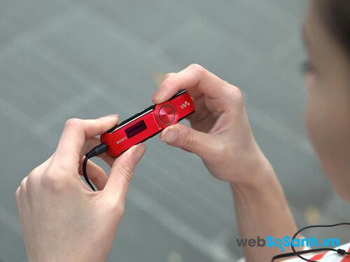 So sánh máy nghe nhạc Apple iPod Shuffle Gen 4 và Sony Walkman NWZ-B172F