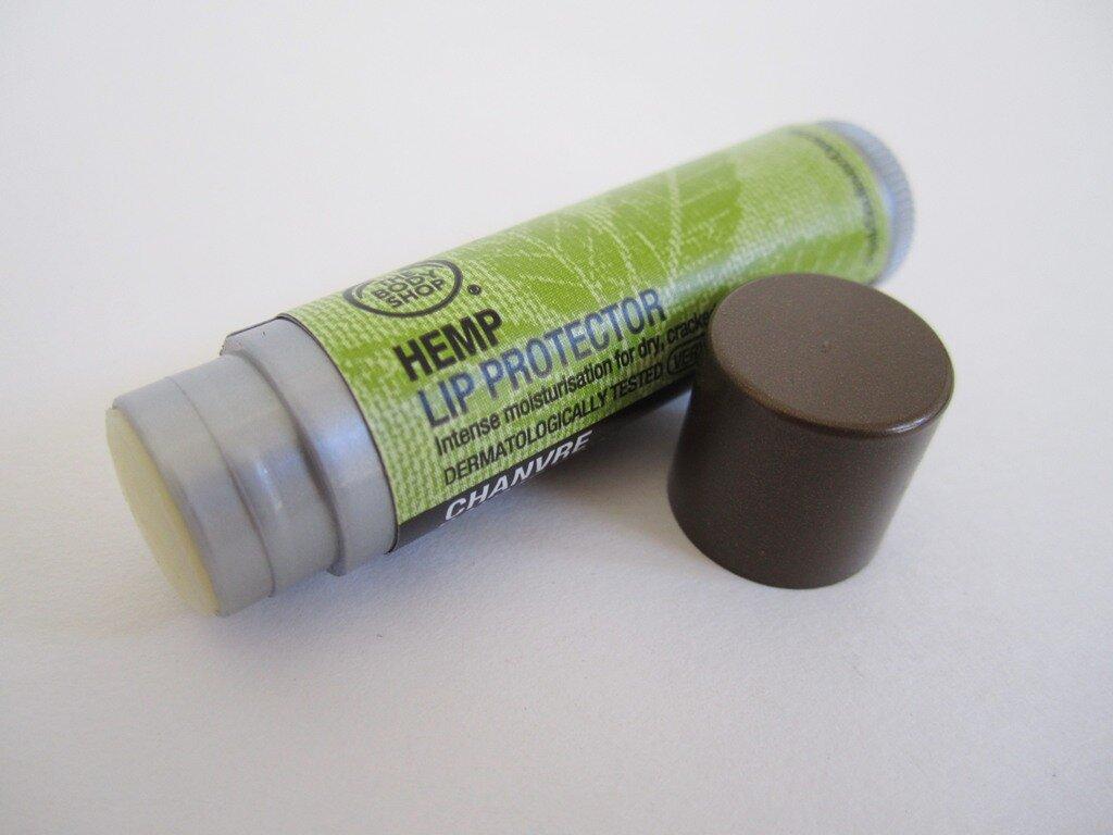 So sánh son dưỡng môi Secret Kiss Sweet Glam Tint Glow và The Body Shop Hemp Lip Conditioner