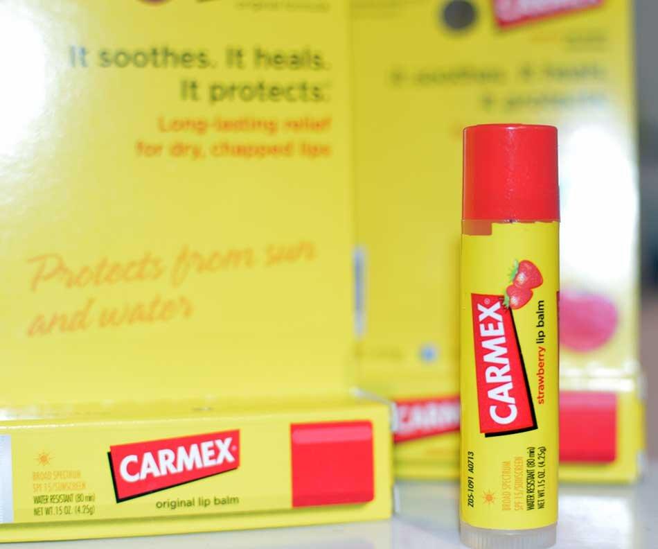 So sánh son dưỡng môi Secret Kiss Sweet Glam Tint Glow và Carmex lip balm stick