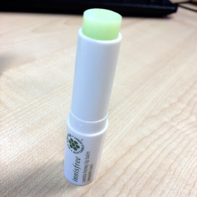 So sánh son dưỡng môi Innisfree Canola honey lip balm stick và son trứng EOS Smooth Sphere Lip Balm