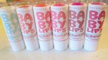 So sánh son dưỡng môi Maybelline Baby Lips Dr Rescue và Carmex Moisturising lip balm (dạng hũ)