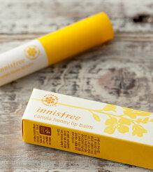 So sánh son dưỡng môi Innisfree Canola honey lip balm stick và Chapstick Moisturizer Originals