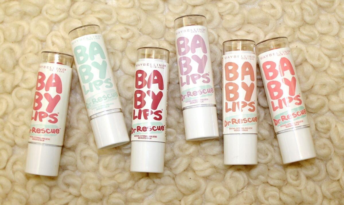 So sánh son dưỡng môi Maybelline Baby Lips Dr Rescue và Burt's Bees Tinted Lip Balm