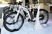 So sánh xe đạp điện chạy pin và chạy bằng ắc quy