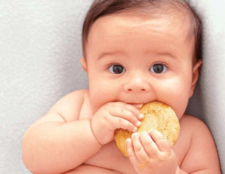 Bánh ăn dặm giúp rèn luyện kỹ năng nhai thức ăn cho bé