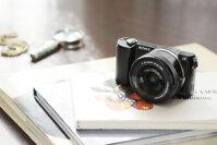 Sony Alpha A5000: thiết kế nhỏ gọn cho chất lượng ảnh sắc nét.